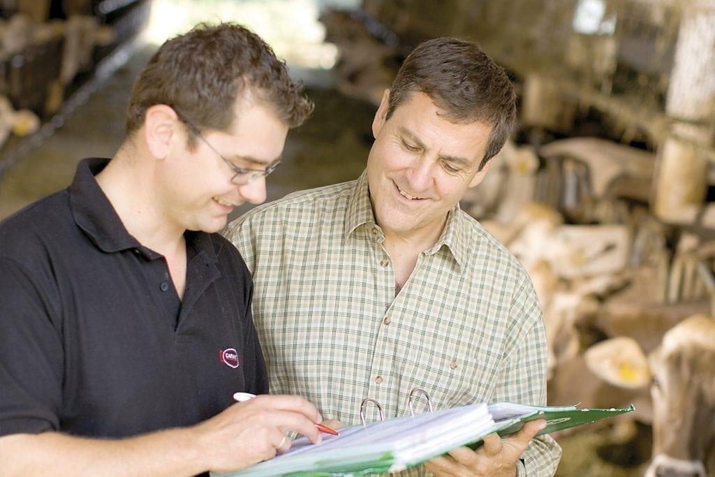 Ein Garant-Kundenberater im Gespräch mit einem Landwirt
